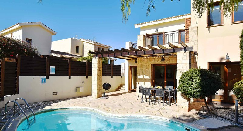 Villa Latsia (HG36), lovely villa with private kidney pool and roof terrace, vacation rental in Kouklia