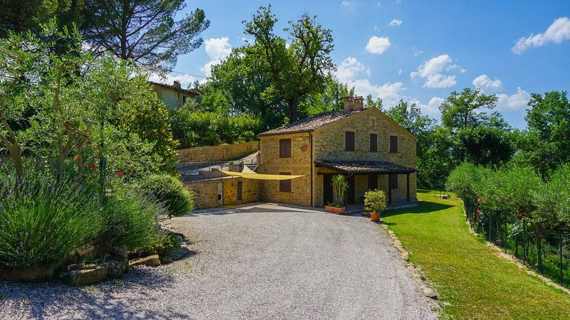 Casa di campagna con due camere e piscina, Ferienwohnung in Borgiano di Serrapetrona