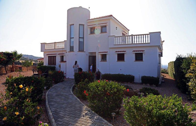 Luxurious villa, holiday rental in Bahceli