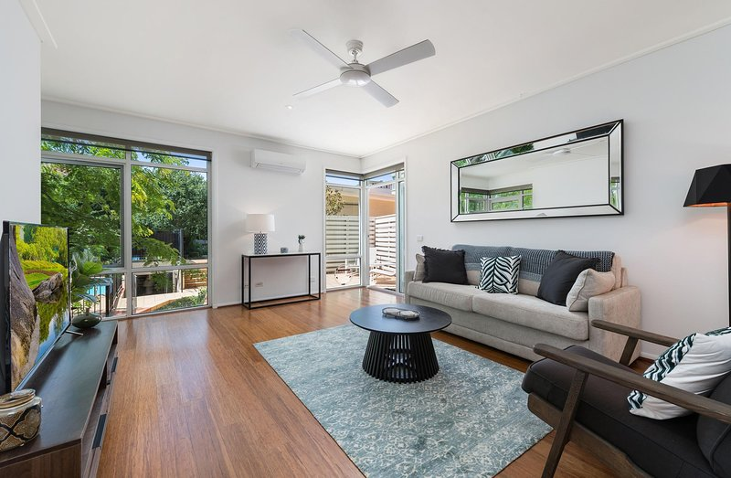 Deluxe Unit with Pool, Parking and Gym near Beaches, location de vacances à Hobsons Bay