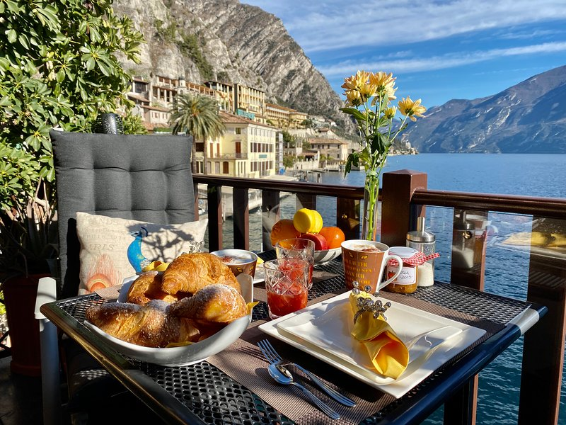 BOUGANVILLE APARTMENT WITH LAKE BALCONY, holiday rental in Limone sul Garda