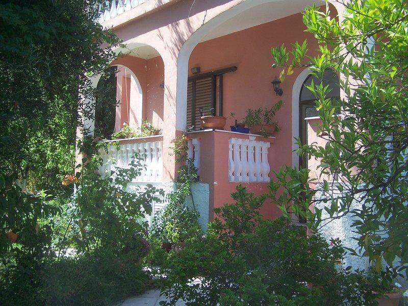 villa dora with garden, in an olive grove near the beach, vacation rental in Ipsos
