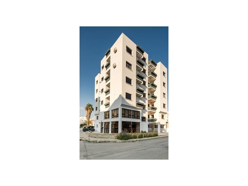 Spacious, fully equipped apartment close to town, the beach and all amenities, holiday rental in Larnaca