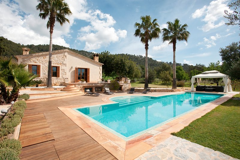 Superb country villa for 6 with big, private pool and gardens, free wifi – semesterbostad i Campanet