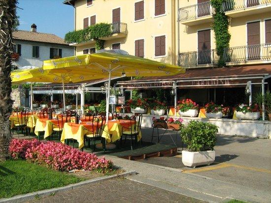 Ca'BENEca BILOCALE FRONTE LAGO IN CENTRO A TORRI DEL BENACO!PARCHEGGIO GRATUITO!, holiday rental in Lake Garda