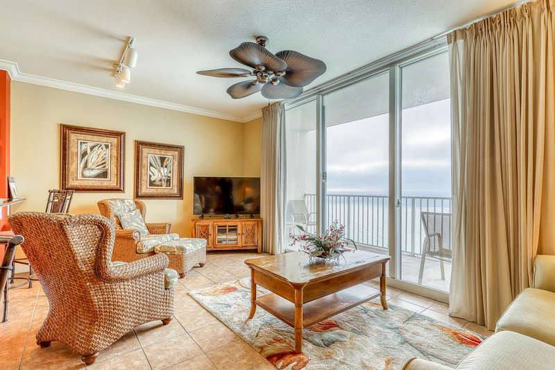 Classy condo w/ pools, hot tub, and fitness room - steps from the beach!, location de vacances à Coulterville
