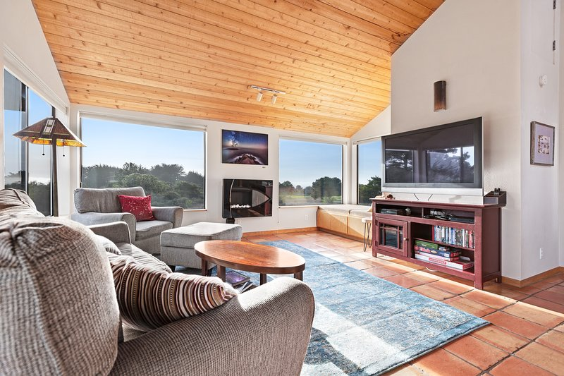 Cozy home w/ golf course views & shared pools/saunas - close to town, 1 dog OK!, vacation rental in Gualala