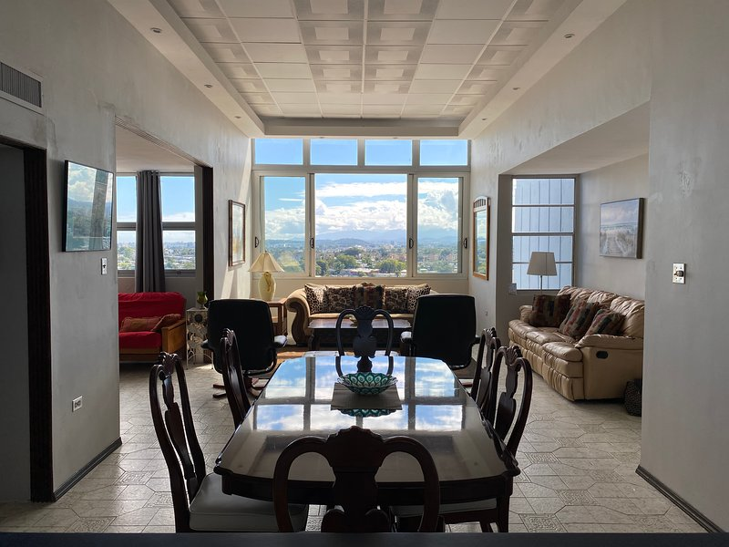 In the Heart of it All! Two-Bedroom Penthouse in Guaynabo, alquiler vacacional en Caguas