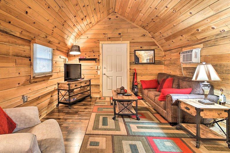 NEW! Couple's Getaway w/Onsite Ziplining & Fishing, holiday rental in Rogers