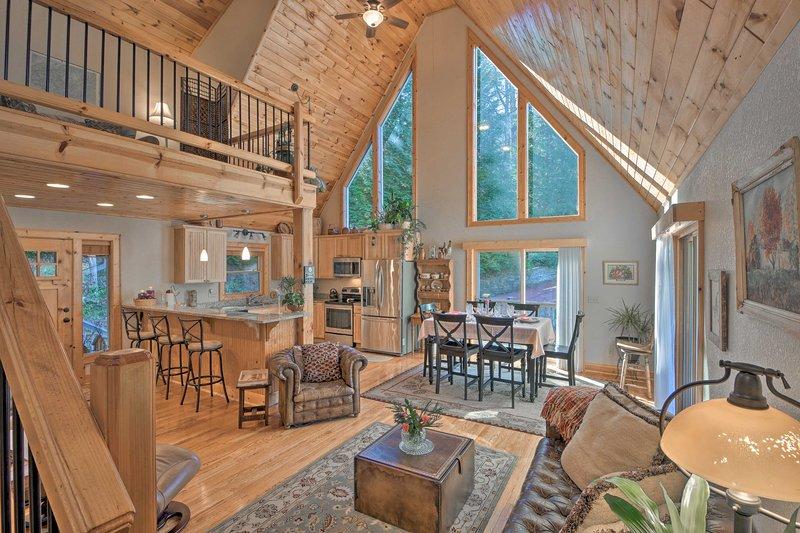 NEW! Spacious Lake Santeetlah Cottage w/Lake Views, casa vacanza a Fontana Dam