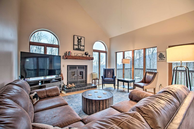 Large Hillside Home w/ Spacious Deck & Game Room!, location de vacances à Gladstone