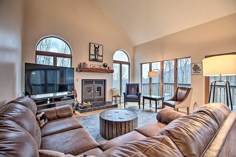 Large Hillside Home w/ Spacious Deck & Game Room!, alquiler vacacional en Arrington