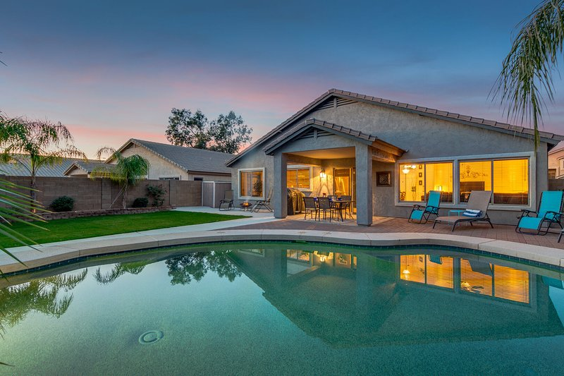Great Home! Private Lush Grassy Backyard with Heated Pool and Firepit!, holiday rental in Apache Junction