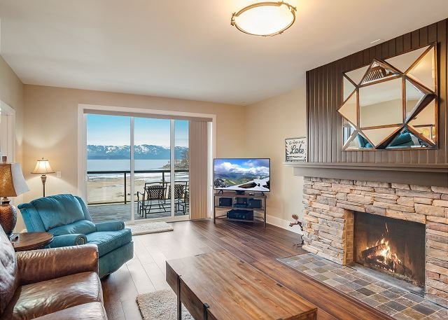 Seasons at Sandpoint - Gorgeous Lakefront Condo - Short Walk to Downtown, vacation rental in Kootenai