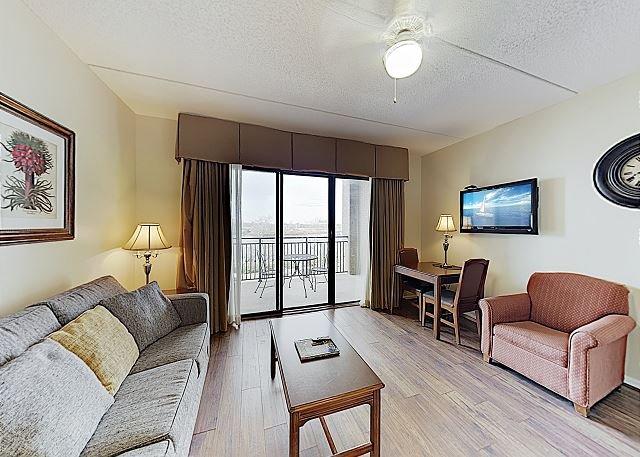 New Listing! Downtown Riverfront Perch: Condo w/ Balcony & Views - Near Beach, alquiler de vacaciones en Wilmington