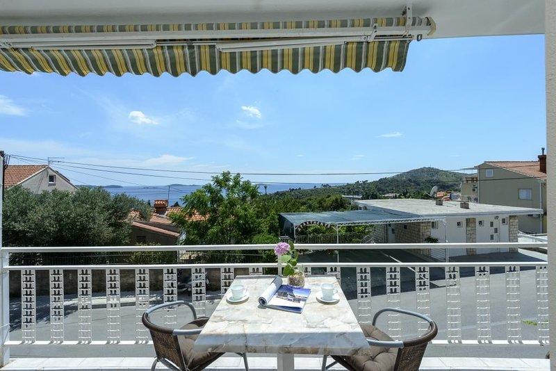 Apartments Botica- Double Room with Balcony and Sea View, holiday rental in Srebreno