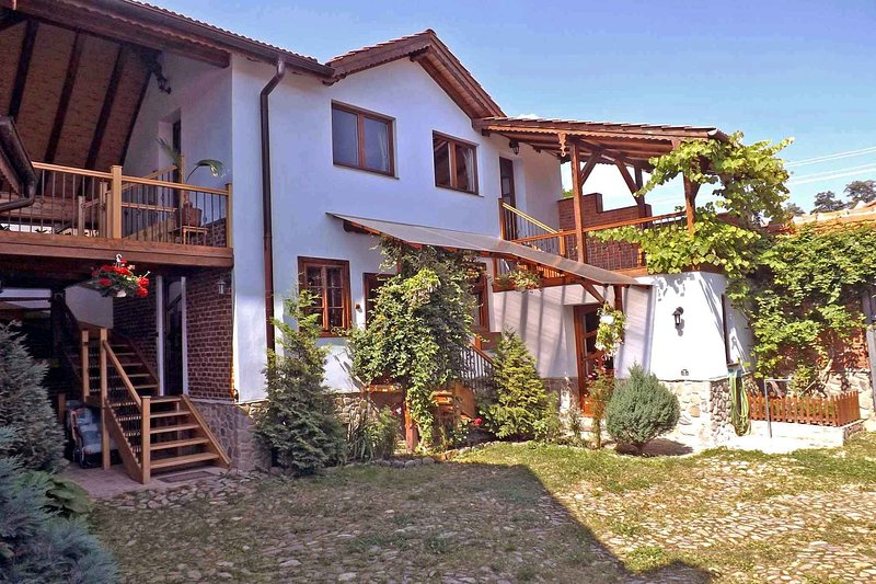 • Casa Pelu • Transylvanian country house at the Carpathian foothills, vacation rental in Central Romania