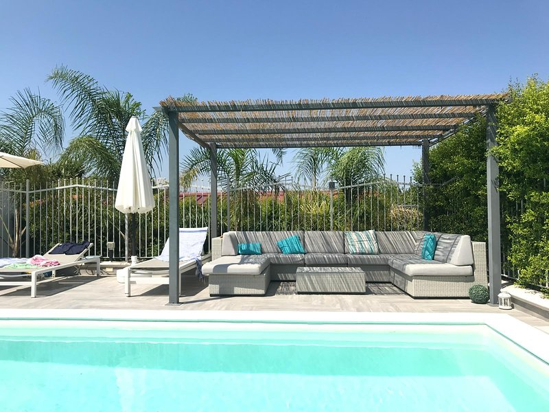A delightful holiday home, refurbished, with pool., vacation rental in Villafranca Tirrena