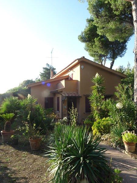 Casa MonAbri con vista mare, holiday rental in Montescudaio
