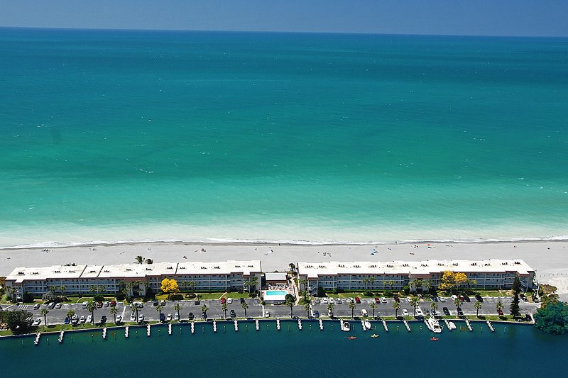Beachfront Condo - 3 BR- Heated Pool - Free Boat Docks – Upscale – Siesta Key, holiday rental in Siesta Key