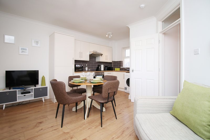 Stay In Cardiff St John's Court Canton 2Bed Apartment, holiday rental in Cardiff