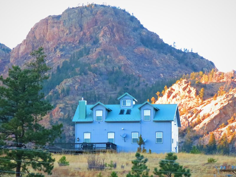 BELL ROCK MOUNTAIN RETREAT: 80 ACRES OF SERENITY*PIKES PEAK VIEW*BABBLING CREEK!, vacation rental in Manitou Springs