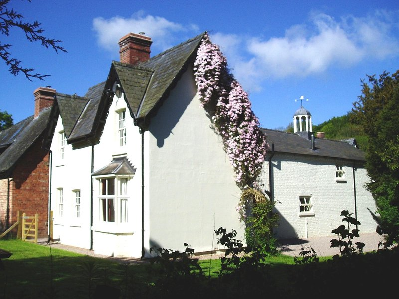 Forest Cottage Mid Wales SY16 4DW, Superfast Wifi, vacation rental in Kerry
