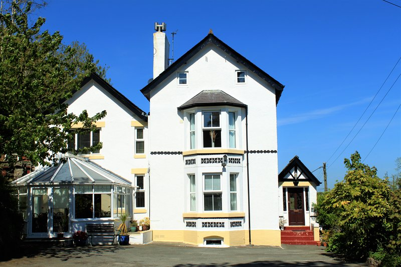 All rooms bedrooms en suite, sea views, games room, multiple receptions areas, vacation rental in Brynteg