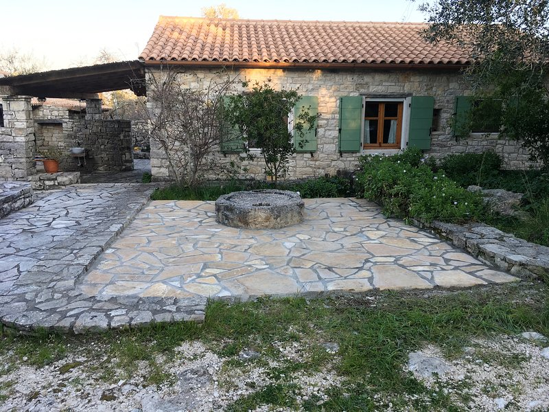 MONOLITHARO - REFURBHISED OIL MILL SECLUDED RETREAT, holiday rental in Loggos