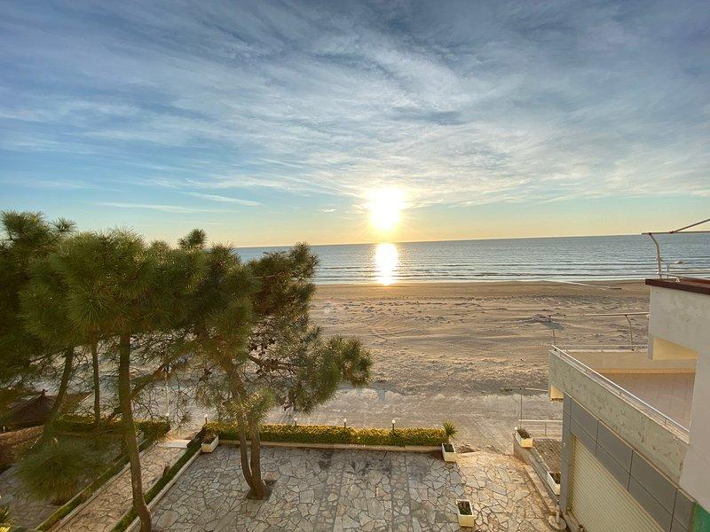 Fantastic Beach View at ARIEL's HOUSE, casa vacanza a Durazzo