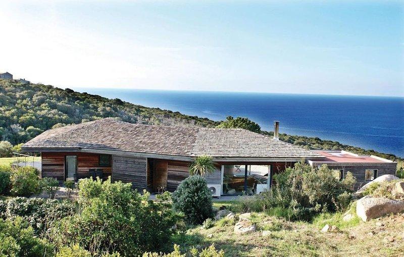 Villa d'exception dans le maquis avec vue sur les Sanguinaires et piscine, holiday rental in Coti-Chiavari