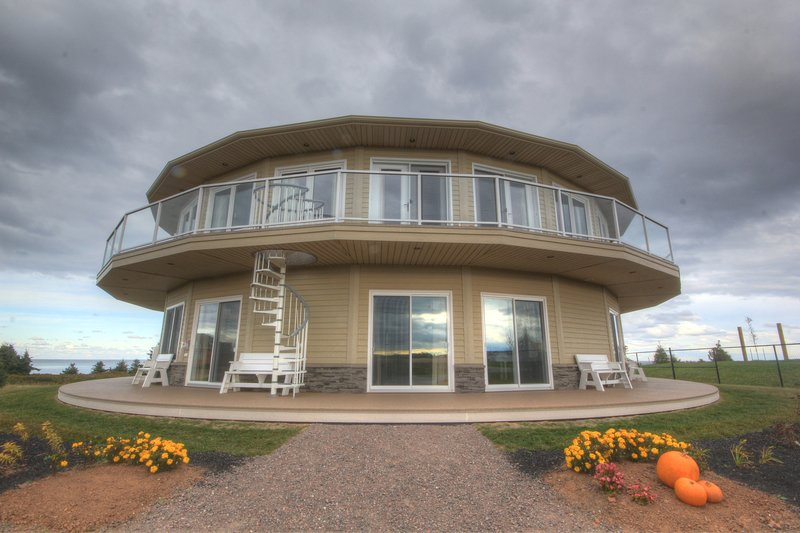 Canada's Rotating House, Suites, & Tours (Condo #2), location de vacances à Rustico