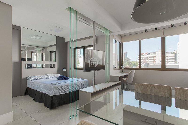 Studio lindo e completo região Moinhos - c/ garagem, holiday rental in Porto Alegre