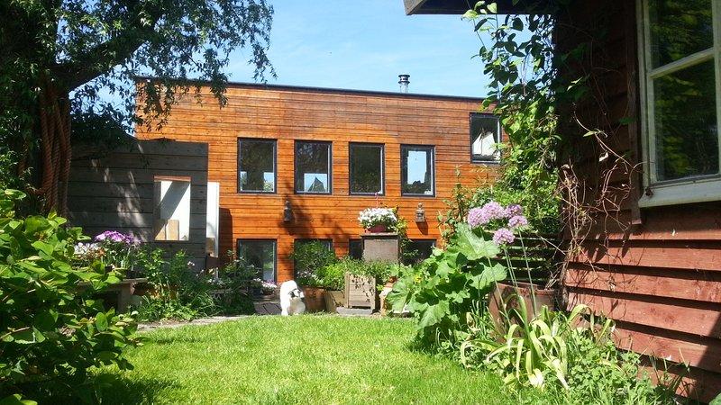 Artistic Houseboat  Amstel free parking + 4 bikes, holiday rental in Baambrugge