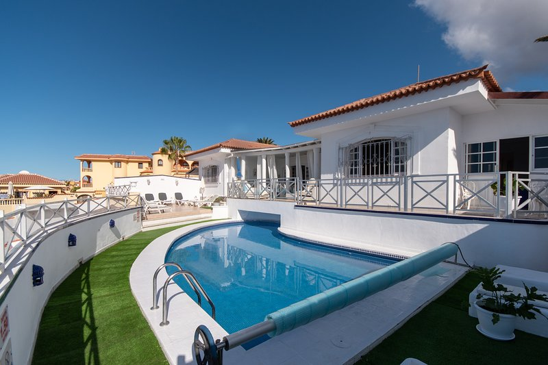 Villa Victoria. Stunning 4 Bedroom Villa. Private Heated Pool. Callao Salvaje. – semesterbostad i Adeje