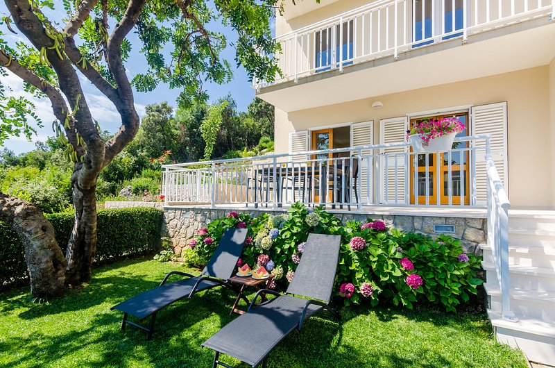 Apartments Sara (Molunat) - One Bedroom Apartment with Terrace and Sea View, alquiler de vacaciones en Molunat