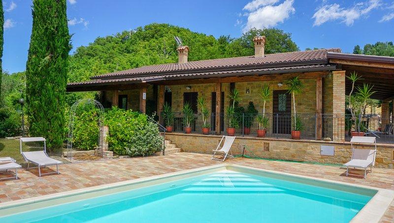Stupenda vista lago con due camere e piscina, Ferienwohnung in Borgiano di Serrapetrona