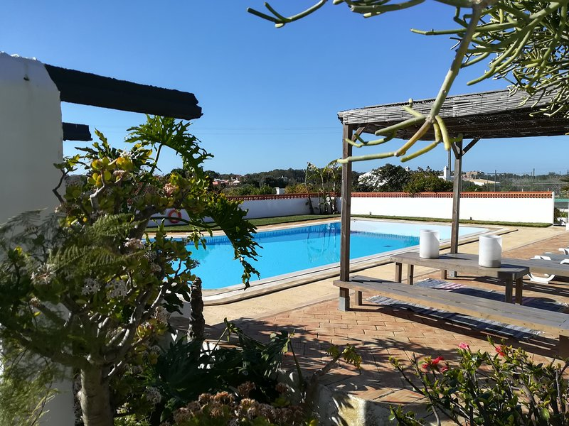 Private villa with BBQ area & large pool. Only 5min drive from beach & golf, 20p, aluguéis de temporada em Guia