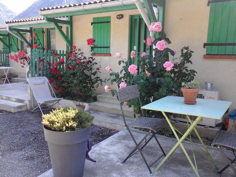 Maison T2, vue jardin et montagne, parking gratuit, Tarascon sur Ariège, location de vacances à Ussat