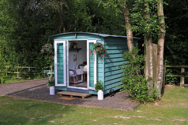 Hopgarden Glamping - luxury Shepherds Hut - Woodpecker, holiday rental in Pembury