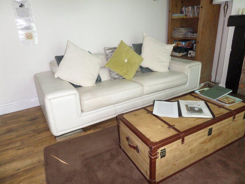lounge com baú e sofá da moda
