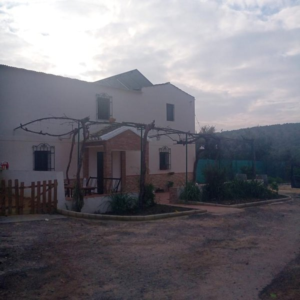 Big house with shared pool & garden, aluguéis de temporada em Montilla