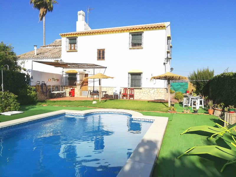 Amazing villa with swimming-pool, Ferienwohnung in Antequera
