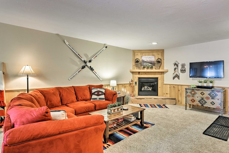 NEW! Condo w/ Deck + Shuttle to Angel Fire Resort!, holiday rental in Angel Fire