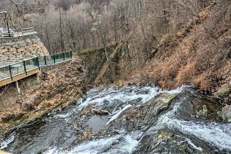 Machen Sie einen Spaziergang, um die wunderschönen Wasserfälle der Stadt zu sehen!