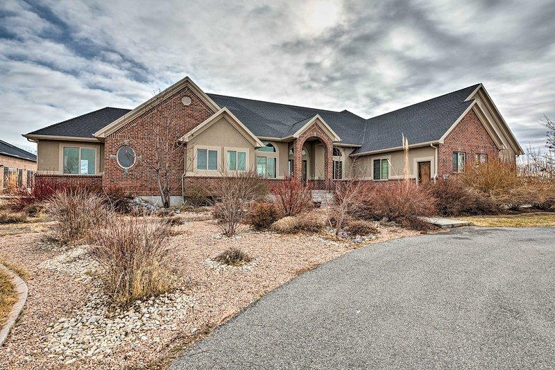Luxe Erda Home w/Indoor Pool, Yard & Mountain View, alquiler vacacional en Erda