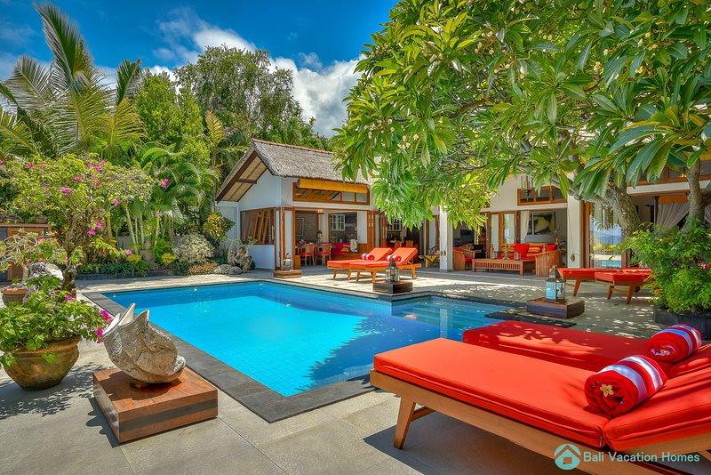 Villa Kamboja ~ Intimate Luxury Beach Villa 3BR, alquiler vacacional en Dencarik