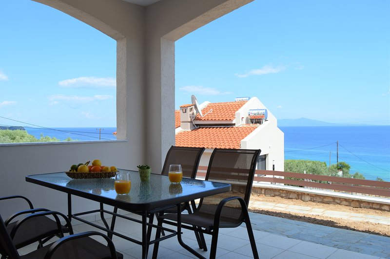 Ground floor apartment with sea view, aluguéis de temporada em Rodolivos