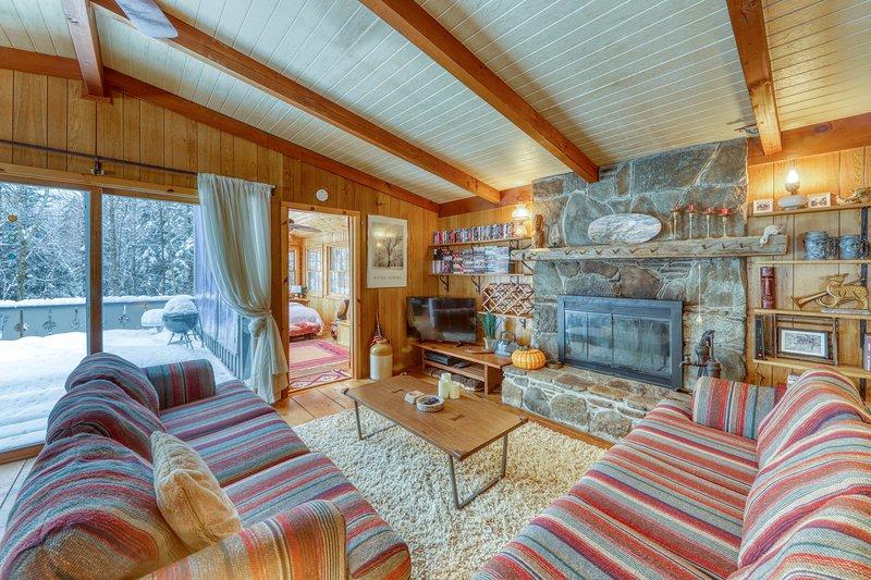 Dog-friendly chalet w/ wood stove, deck, & outdoor firepit - close to Mt. Snow!, location de vacances à Dover