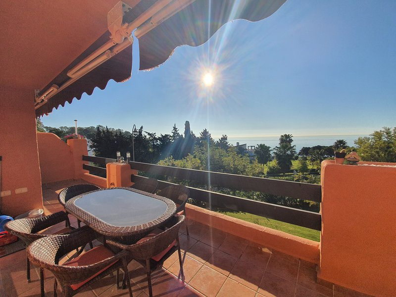 Front-line apartment with stunning sea views, location de vacances à Estepona